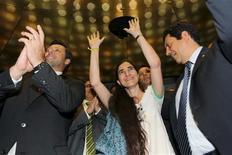 La política de Guerra Fría pareció tomar el miércoles el Congreso brasileño durante una visita de la bloguera cubana Yoani Sánchez, a la que los izquierdistas tacharon de peón del imperialismo estadounidenses y otros elogiaron por plantar cara al Gobierno comunista cubano. En la imagen, la bloguera cubana Yoani Sánchez (en el centro) entre los congresistas brasileños Carlos Sampaio (a la izquierda) y Otavio leite (a la derecha) a su llegada a la Comisión sobre la Constitución y la Justicia en el Congreso de Brasil, el 20 de febrero de 2012. REUTERS/Fabio Rodrigues-Pozzebom