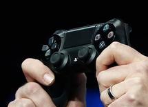 Sony dijo que lanzará su nueva PlayStation este año, esperando que su primera videoconsola en siete años le dé una ventaja muy necesitada frente a la próxima versión de la Xbox de Microsoft y le ayude a revivir su trastabillado negocio de electrónica. En la imagen, el mando de la PlayStation 4 mostrado por su jefe de sistema Mark Cerny en el lanzamiento de la consola en Nueva York, el 20 de febrero de 2013.