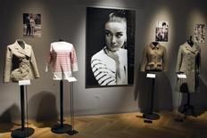 """Y el Oscar para la mejor frase en una película es para... Audrey Hepburn en la romántica cinta de suspense """"Charada."""" Eso según las respuestas de las mujeres en una encuesta del sitio de citas Badoo.com, con sede en Reino Unido, publicadas el miércoles antes de los Premios de la Academia de Hollywood del domingo. En la imagen, vestidos y ropa que llevó la actriz Audrey Hepburn expuestos en la casa de subastas Sotheby en París, en una foto de archivo de diciembre de 2009. REUTERS/Charles Platiau"""