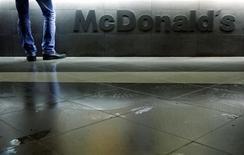 Посетитель стоит у кассы в ресторане McDonald's в Москве 1 февраля 2010 года. Сеть ресторанов быстрого питания McDonald's Corp будет расширять франчайзинговые операции в России за счет регионов, а также собственную сеть, сообщил глава отделения компании в РФ Хамзат Хасбулатов. REUTERS/Denis Sinyakov