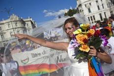 El Tribunal Constitucional ha reconocido el derecho a recibir una pensión de viudedad a los miembros de una pareja de hecho aunque no tengan hijos, según un auto conocido el jueves que afecta directamente a las parejas homosexuales. En la imagen, una manifestante vestida de novia durante la marcha del Orgullo Gay en Madrid el 30 de junio de 2012. REUTERS/Susana Vera