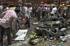 Al menos 11 personas murieron y 50 resultaron heridas tras la explosión de dos bombas en un concurrido mercado en la sureña ciudad india de Hyderabad, informó el Gobierno. En la imagen, policía estudia el lugar de una explosión en Huderabad, India, el 21 de febrero de 2013. REUTERS/Krishnendu Halder