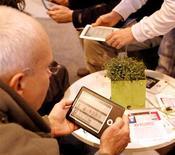 La Commission européenne va traduire en justice la France et le Luxembourg en raison du taux de TVA réduit que les deux pays appliquent sur les livres électroniques. /Photo d'archives/REUTERS/Charles Platiau