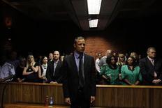 El detective que dirige la investigación en el caso de Oscar Pistorius se enfrenta al cargo de intento de asesinato por abrir fuego contra un minibús en el que viajaban siete personas, dijo el jueves un portavoz de la policía sudafricana. En la imagen, Pistorius durante su vista en Pretoria, el 19 de febrero de 2013. REUTERS/Siphiwe Sibeko