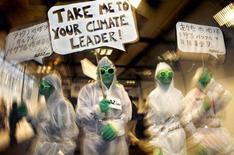Animales y plantas traídos a Europa desde otras partes del mundo son una amenaza mayor de lo que se cree para la salud y el medio ambiente, con un coste de al menos 12.000 millones de euros al año, según un estudio publicado el jueves. En la imagen, varios ecologistas de Avaaz.org durante la conferencia sobre el cambio climático en Copanhague el 10 de diciembre de 2009. REUTERS/Bob Strong