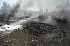 La explosión de un coche bomba causó 53 muertos y 200 heridos el jueves en el centro de Damasco, un atentado ocurrido en una atestada vía cerca de las oficinas del gobernante Partido Baaz y de la embajada rusa, informó un canal de televisión sirio. En la imagen, unos vehículos arden cerca del cráter provocado por la explosión en el centro de Damasco, el 21 de febrero de 2013, en esta imgen cedida por la agencia de noticias siria SANA. REUTERS/Sana