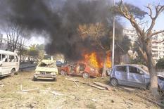 Veículos queimam após explosão no centro de Damasco, Síria. Um carro-bomba matou 53 pessoas e deixou 200 feridos na região central de Damasco, nesta quinta-feira, ao ser detonado em uma rua movimentada perto de escritórios do partido governista Baath e da embaixada da Rússia, disse a TV síria. 21/02/2013 REUTERS/Sana
