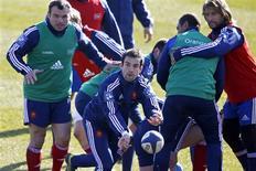 """Après des semaines de frustration, Morgan Parra (au centre, ici lors d'un entraînement jeudi à Marcoussis) retrouvera samedi le poste de demi de mêlée titulaire et n'a pas été long à revendiquer les commandes du XV de France pour le """"crunch"""" contre l'Angleterre, samedi à Twickenham. /Photo prise le 21 février 2013/REUTERS/Charles Platiau"""
