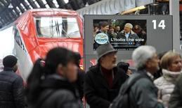 Uno spot di Mario Monti trasmesso da un monitor della stazione Centrale di Milano, 21 febbraio 2013. REUTERS/Paolo Bona
