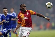 Schalke 04 a demandé à l'UEFA de vérifier si le nouvel attaquant de Galatasaray Didier Drogba était éligible pour prendre part au huitième de finale aller de Ligue des champions disputé mercredi à Istanbul (1-1). /Photo prise le 20 février 2013/REUTERS/Murad Sezer