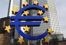 La Banque centrale européenne (BCE) a dégagé un bénéfice de 555 millions d'euros en 2012 sur son portefeuille d'obligations grecques acquises lors du premier plan de rachat d'actifs, un montant qui laisse penser que des milliards de profits ont été réalisés par ce programme, qui pourraient être transférés à Athènes. /Photo d'archives/REUTERS/Alex Domanski