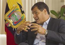 """El presidente de Venezuela Hugo Chávez se encuentra en un tratamiento médico """"bastante duro"""" pero se está recuperando, dijo el jueves su homólogo ecuatoriano, Rafael Correa, en una entrevista con Reuters. En la imagen, Correa durante la entrevista con Reuters en Quito, el 21 de febrero de 2013. REUTERS/Guillermo Granja"""