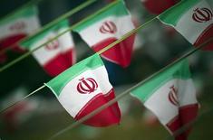 Bandeiras nacionais do Irã são vistas numa praça em Teerã, no Irã, em fevereiro do ano passado, na véspera do aniversário da Revolução Islâmica. 10/02/2012 REUTERS/Morteza Nikoubazl