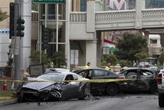 Polícia investiga o local de um tiroteio, seguido de várias colisões de carros, em Las Vegas, nos Estados Unidos, nesta quinta-feira. 21/02/2013 REUTERS/Las Vegas Sun/Steve Marcus