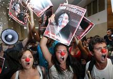 Manifestantes protestam contra a visita ao país da mais conhecida dissidente cubana, a blogueira Yoani Sánchez, durante evento na região central de São Paulo nesta quinta-feira. 21/02/2013 REUTERS/Paulo Whitaker
