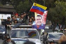 Simpatizantes do presidente venezuelano, Hugo Chávez, se dirigem ao Hospital Militar, onde o mandatário está internado, em Caracas, na terça-feira. 19/02/2013 REUTERS/Carlos Garcia Rawlins