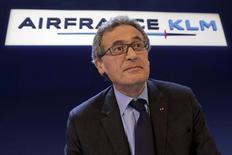 Air France-KLM a réduit sa perte d'exploitation en 2012 à la faveur d'une amélioration de ses activités de long-courrier et des premiers effets de ses mesures d'économies, malgré la conjoncture médiocre du secteur aérien en Europe et la hausse du prix du pétrole. /Photo prise le 22 février 2013/REUTERS/Philippe Wojazer