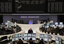 Les Bourses européennes accélèrent leur rebond vendredi après la publication d'un indice Ifo mesurant le climat des affaires meilleur qu'attendu en février en Allemagne. A 10h10, l'indice CAC 40 grimpe de 1,29%, la Bourse de Londres progresse de 0,86%, Francfort de 0,67%, la place de Milan de 1,42% et Madrid de 1,14%. /Photo prise le 22 février 2013/REUTERS/Remote/Lizza David