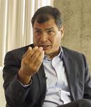 Ecuador garantiza ahora reglas claras y estabilidad a los inversores privados, dijo el jueves el reelecto presidente Rafael Correa, en una entrevista en la que también abrió la posibilidad de que el país regrese a los mercados globales de capitales si fuera necesario. En la imagen, el presidente de Ecuador, Rafael Correa, durante una entrevista con Reuters en Quito, el 21 de febrero de 2013. REUTERS/Guillermo Granja
