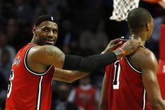 Miami Heat reforzó el jueves su control sobre la Conferencia Este después de ganar a Chicago Bulls por 86-67. En la imagen del 21 de febrero, se puede ver a LeBron James (izq.) con su compañero Chris Bosh en la segunda mitad del encuentro disputado en Chicago, Illinois. REUTERS/Jim Young