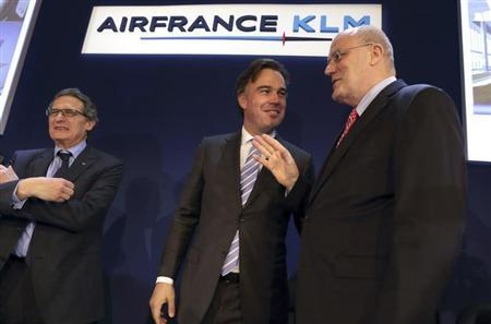 President and CEO of Dutch airline KLM Peter Hartman (R) speaks with Camiel Eurlings, current managing director in charge of cargo, as Chairman and CEO of Air France-KLM Jean-Cyril Spinetta (L) looks on at the end of the presentation of the company's 2012 annual result in Paris February 22, 2013. Eurlings will replace Hartman on July 1st, 2013. REUTERS/Philippe Wojazer (FRANCE - Tags: BUSINESS) - RTR3E43O