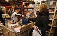 Una signora fa acquisti in un negozio romano. REUTERS/Tony Gentile