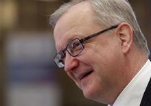 Le commissaire européen aux Affaires économiques et monétaires Olli Rehn a ouvert vendredi la voie à un report sous conditions de l'objectif de réduction du déficit public de la France sous les 3% à 2014, après l'annonce d'une prévision de 3,7% fin 2013. /Photo prise le 15 février 2013/REUTERS/Sergei Karpukhin