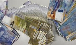 La Commission européenne a étendu aux produits de taux d'intérêt sur le franc suisse son enquête sur les soupçons de manipulation qui pèsent sur les taux interbancaires Libor et Euribor. /Photo d'archives/REUTERS/Arnd Wiegmann