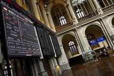 La bolsa española mantenía a la media sesión del viernes las alzas de la apertura por un rebote técnico tras los descensos del jueves, pero operadores dijeron que el tono era cauteloso debido a las inminentes elecciones en Italia. En la imagen de archivo, unos operadores en la Bolsa de Madrid, el 23 de julio de 2012. REUTERS/Susana Vera