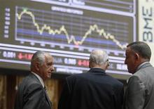 El beneficio neto del holding Bolsas y Mercados Españoles (BME) cayó un 12,7 por ciento en 2012 hasta los 135,5 millones de euros, arrastrado por los flojos volúmenes de negociación en bolsa, dijo la entidad el viernes. En la imagen, unos operadores observan unos paneles electrónicos en la Bolsa de Madrid, el 12 de junio de 2013. REUTERS/Andrea Comas