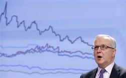 España ha realizado un esfuerzo para recortar el déficit público estructural y el crecimiento económico ha resultado más flojo que lo previsto, dijo el comisario de Asuntos Económicos y Monetarios de la Unión Europea, Olli Rehn. En la imagen, Rehn, durante una rueda de prensa en Bruselas el 22 de febrero de 2013. REUTERS/François Lenoir
