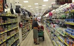 Les ventes au détail ont progressé d'un mois sur l'autre en décembre en Italie, ce qui met fin à une série de cinq baisses consécutives, mais, par rapport à décembre 2011, elles s'inscrivent en net repli. Sur l'ensemble de 2012, les ventes au détail ont reculé de 2,2%, le recul le plus marqué depuis le lancement de cette statistique en 1995. /Photo prise le 5 septembre 2012/REUTERS/Stefano Rellandini