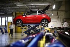 Trabalhadores caminham perto de modelo Opel Adam durante início da produção do veículo em Eisenach, Alemanha. A confiança de negócios na Alemanha aumentou em fevereiro no ritmo mais rápido em mais de dois anos em fevereiro, aumentando pelo quarto mês consecutivo e indicando que a maior economia da Europa pode se recuperar após um final de 2012 fraco. 10/01/2013 REUTERS/Lisi Niesner