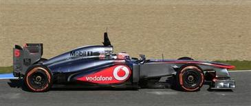 McLaren tiene aún que sacar todo el potencial de su nuevo monoplaza a pocas semanas del comienzo de la temporada de Fórmula Uno, dijo su piloto británico Jenson Button. Imagen de Button en la primera tanda de entrenamientos de pretemporada en el circuito gaditano de Jerez el 7 de febrero. REUTERS/Marcelo del Pozo
