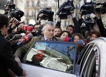 La Policía Nacional entró el viernes el edificio donde tiene su domicilio el ex tesorero del PP Luis Bárcenas que se encuentra en el epicentro de un creciente escándalo de corrupción que ha colocado al partido en el Gobierno en el ojo del huracán. En la imagen, Luis Bárcenas entra en un taxi rodeado de decenas de periodistas, tras abandonar la oficina del fiscal anticorrupción en Madrid, el 6 de febrero de 2013. REUTERS/Paul Hanna