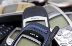 Телефоны Nokia в Цюрихе 30 апреля 2012 года. Финский производитель мобильных телефонов Nokia готовится представить линейку дешевых моделей, предназначенных для конкуренции с китайскими продуктами в этом сегменте рынка, сообщили источники в компании в пятницу. REUTERS/Christian Hartmann