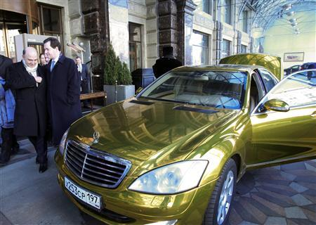 France's Finance Minister Pierre Moscovici (L) and Britain's Chancellor of the Exchequer George Osborne (2nd L) walk past a wedding car at the Ritz Carlton hotel in Moscow February 15, 2013. REUTERS/Sergei Karpukhin