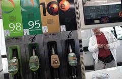El Gobierno español aprobó el viernes una batería de medidas para avanzar en una liberalización efectiva del mercado de gasolineras, controlado mayoritariamente por tres compañías, Repsol, BP y Cepsa. En la imagen de archivo, un surtidor de gasolina en Madrid, el 24 de febrero de 2011. REUTERS/Susana Vera