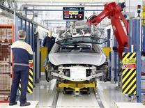La Comisión Europea pronosticó el viernes que la recesión de Italia este año será peor que lo estimado previamente, subrayando la escala del desafío que enfrentará el Gobierno que surja de las elecciones del fin de semana. En la imagen de archivo, un empleado comprueba la cadena de montaje de un Maserati en Turín, el 30 de enero de 2013. REUTERS/Stefano Rellandini