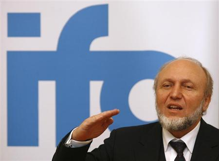 Head of the German Insititute for Economic Research (Ifo) Hans-Werner Sinn gestures during a news conference in Munich, December 11, 2008. REUTERS/Alexandra Beier