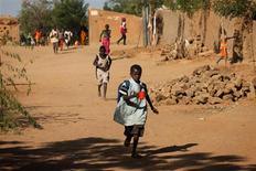 El conflicto en el norte de Mali se arriesga a alargarse durante meses, dejando a los civiles sin ayuda ni servicios básicos en una situación similar a la de Somalia, según alertó el viernes el Comité Internacional de la Cruz Roja (CICR). En la imagen, varios niños corren a casa desde el colegio tras oír disparos y explosiones en Gao, el 21 de febrero de 2013. REUTERS/Joe Penney