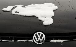 Логотип Volkswagen на автомобиле у дилера компании в Хамме 14 января 2013 года. Легендарный немецкий автопроизводитель Volkswagen получил в 2012 году рекордную операционную прибыль за счет высоких продаж, однако прогноз и дивиденды компании опечалили инвесторов. REUTERS/Ina Fassbender
