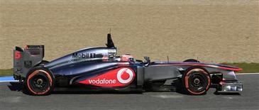 El piloto Jenson Button de la escudería McLaren de Fórmula Uno sobre su nuevo monoplaza MP4-28 en un entrenamiento en la pista de Jerez, España, feb 7 2013. La escudería McLaren aún tiene que sacar todo el potencial de su nuevo monoplaza cuando quedan pocas semanas para el comienzo de la temporada de Fórmula Uno, dijo su piloto británico Jenson Button. REUTERS/Marcelo del Pozo