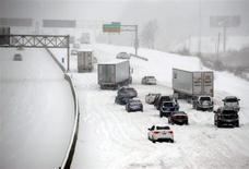 Veículos ficam presos durante nevasca na rodovia I-635 em Kansas, EUA. Uma grande tempestade de inverno seguia em direção nordeste rumo à região dos Grandes Lagos dos EUA, ameaçando a Nova Inglaterra após cobrir os Estados de Minnesota a Ohio com neve, granizo e chuva congelante. 21/02/2013 REUTERS/Dave Kaup