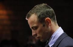 Oscar Pistorius aguarda início dos procedimentos na corte dos magistrados de Pretória, África do Sul. Pistorius recebeu o direito de liberdade sob fiança, nesta sexta-feira, numa audiência sobre a acusação de ter matado a namorada. 22/02/2013 REUTERS/Mike Hutchings