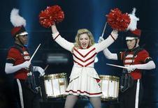 Madonna fue nombrada el viernes la artista con más ganancias en el negocio de la música en 2012, gracias a su gira mundial que le ayudó a recaudar 34,6 millones de dólares y poner de manifiesto el poder de ingresos de las actuaciones en directo en una industria cada vez más digital. En la imagen, Madona en un concierto de su gira en Los Ángeles, el 10 de octubre de 2012. REUTERS/Mario Anzuoni