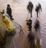 Los magnates de Hollywood podrían darse más palmadas de lo normal en la espalda en la ceremonia de los Oscar del domingo, y no será necesariamente por las estatuillas doradas. En la imagen, una mujer hace una fotografía a una estatua del Oscar, el 21 de febrero de 2013. REUTERS/Adrees Latif