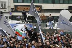El presidente búlgaro nombrará un Gobierno provisional antes de las elecciones parlamentarias de mediados de mayo, después de que las protestas derrocaran al gabinete del primer ministro Boiko Borisov, que había emprendido varias medidas de austeridad, según dijo el viernes el presidente. En la imagen, pardiarios del partido gobernante búlgaro, GERB, ondean banderas junto al Parlamento en Sofía, el 21 de febrero de 2013. REUTERS/Stoyan Nenov