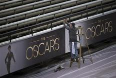 Funcionário dá retoques finais na área do tapete vermelho da cerimônia do Oscar, em Los Angeles, nos Estados Unidos, na quinta-feira. 21/02/2013 REUTERS/Adrees Latif