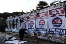Poster elettorale a Roma, 21 febbraio 2013. REUTERS/Stefano Rellandini
